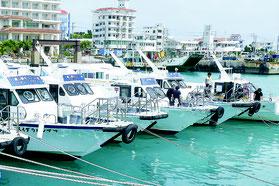 台風に備え、高速船が数珠つなぎにされた=16日午後、離島ターミナル