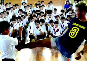 廣虎さんのキック体験。生徒たちは目を輝かせてみていた=3日、大浜中学校体育館