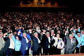 総決起大会で、砂川氏(中央)の必勝を期してガンバロー三唱する支持者=23日夜、市民会館大ホール