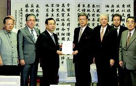 要請文を手渡す石嶺氏(写真左3人目)と受ける翁長知事=4日、県庁