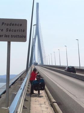 Über den langen, windigen Pont du Normandie, eine Schrägseilbrücke, die mit 856 m die grösste Spannweite in Europa besitzt.