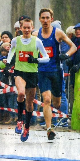 Sieger und Zweitplatzierter: Christoph Uphues (gelbes Trikot) siegt über 10000 Meter vor Stefan Ritte, beide LAZ Rhede. (Foto: Christian Klumpen)
