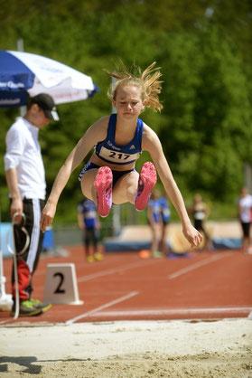 Nike Dangelmaier kämpfte hart für 3 Kreismeistertitel im Weitsprung, im 800-m-Lauf und mit der 4x100-m-Staffel.