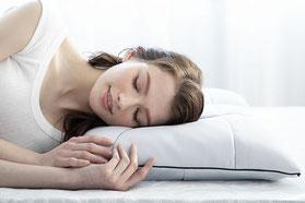 FIT LABOのオーダーメイド枕で眠る女性のイメージ写真