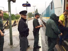 Einsatzkräfte steigen in einen Zug ein