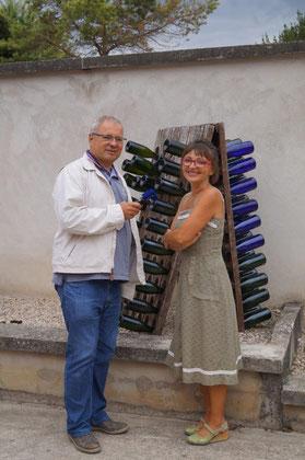 De gauche à droite : Thierry Delettre, journaliste à France Bleu Champagne-Ardenne passe la frontière administrative pour l'interview d'Anna Météyer.