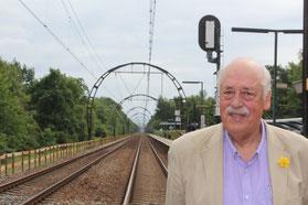 Rob Klaassen bij de unieke spoorbogen.