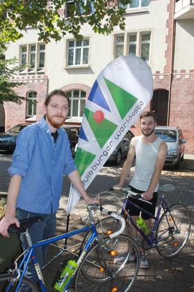 v.l.: Julian Platt von der Werkkiste freut sich mit Maurice Glaeser über die neuen Rennräder vom Lions Club.