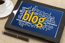 "Tablet mit dem Schriftzug ""Blog"" am Bildschirm"
