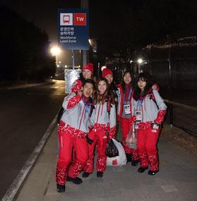 スタッフメンバーと帰りのバスを待つ