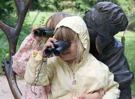 Bild: Kinder mit Fernglas