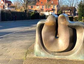 """""""Das Sonnenzeichen"""" Bronzeplastik von Wolf E. Schultz in Bremen-Kattenturm, Bremen Obervieland (Foto: 03-2020, Jens Schmidt)"""