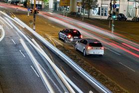 Solarstrom versorgte Kommunikation zwischen Ampeln und Fahrzeugen sind unabhängig von einer elektrischen Infrastruktur. Die Ampel-Anlagen werden mit Solar-WLAN-Hotspots ausgestattet und sind mit einer Verkehrsrechnerzentrale verbunden.