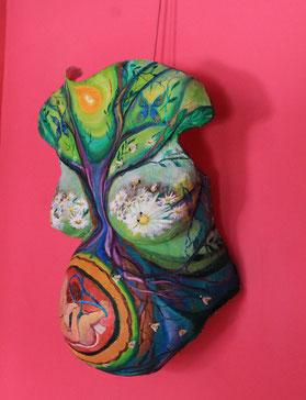 """""""El panal de la vida"""". Paz Treuquil. Escultura de escayola. Exposición en Basoko Mari."""