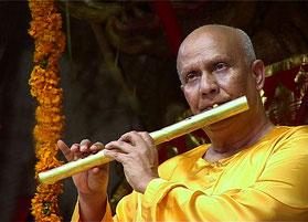 Sri Chinmoy spielt Bambusflöte