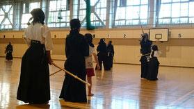胴着袴をつけた初心者剣士たち
