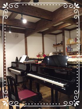 レッスン室は2台のグランドピアノがあります。
