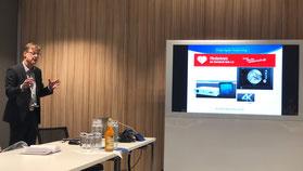 Chefarzt Dr. Thomas Strube erläutert die Vorzüge des hochauflösenden Arthroskopie-Turms beim Einsatz im OP