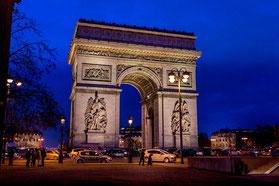 Der Arc de Triomphe am Abend