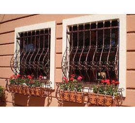 Декоративные-кованые-решетки-с-подставками-под-цветы-фото