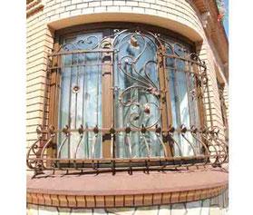 Выразительная-кованая-решетка-для-овального-окна-фото