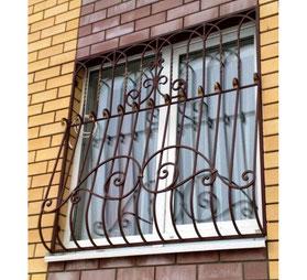 Решетка-на-окно-с-коваными-элементами-фото