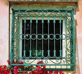 Кованая-решетка-в-зеленый-цвет-фото
