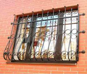Металлическая--решетка-на-окно