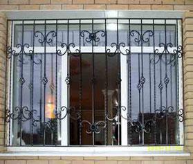 Кованая-решетка-на-окно-фото