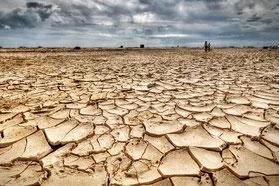 地球おんだんかで雨がふらなくてカラカラになった土地