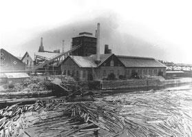 Exteriörbild av Ljusne norra järnverk som anlades 1882. Masugnen i bakgrunden anlades redan 1874.