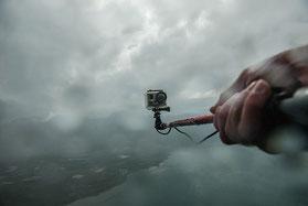 NIKON D200 und GOPRO im Härte-Test: Bei Eisregen mit dem Gleitschirm über dem Genfer See. Foto: Klaus Schoerner
