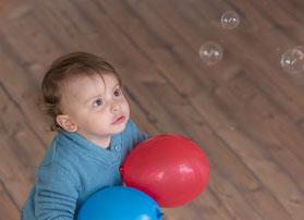 Junge und Seifenblasen