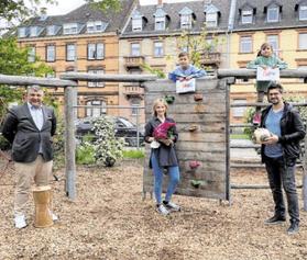 Mannheimer Eishockey-Legende Jochen Hecht und Unternehmer und Projektentwickler Oguzhan Alan überreichen 14.000 Euro Spende für die Kinder der Mannheimer Waldhof-Grundschule.