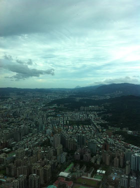 東(とんがっている山は基隆山)