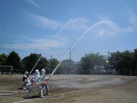火事現場と同様の手順での放水デモ