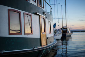 Photo bateau à Carleton-sur-Mer dans la Baie des chaleurs en Gaspésie Québec Canada au coucher du soleil par Marie Deschene photographe Pakolla