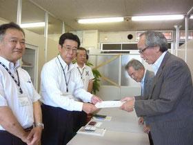 千葉市長あてに要望書を提出 (左から佐久間幕張新都心室長、稲生総合政策部長、濱野産業支援課長)