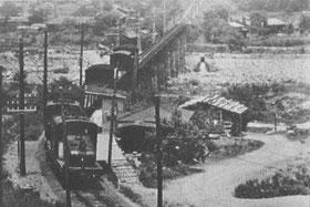 昭和16年 大田切駅を通過するデキ1型機関車と貨物列車(山岸悦太郎さん所蔵) ※写真中央よりやや上部を左から右に流れるのが太田切川