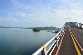 レイテからサマールへは長い橋で渡れる