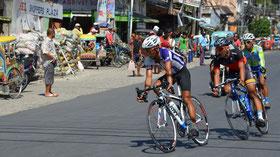 サマール島でロードレースやってた。