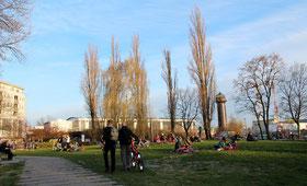 Kleine Parkfläche im Szene-Kiez beim Ostkreuz, Menschen sitzen auf Decken April 2015. Foto: Helga Karl