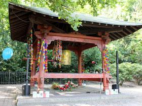 Die Weltfriedensglocke im Volkspark Friedrichshain. Gedenken an Hiroshima und Nagasaki.Foto: Helga Karl