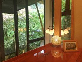 ランプが素敵な窓からの眺め