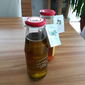 Essig und Öl in Gläser abgefüllt