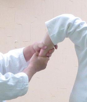 ④そこを中心として握り、左右の手で絞る
