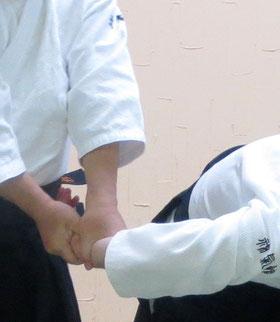 ⑤立技 受け側の足腰を同側の上肢と共に地に結び受けの魄氣にも接する。