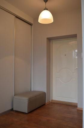 Modne szare ściany, wygodny puf, porządek, czystość, dbałość o mieszkanie.