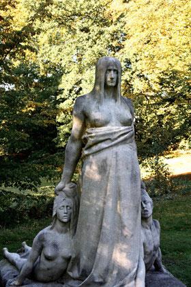"Marmorskulptur ""Das Schicksal"" (1905), Parkfriedhof Ohlsdorf, Hamburg"
