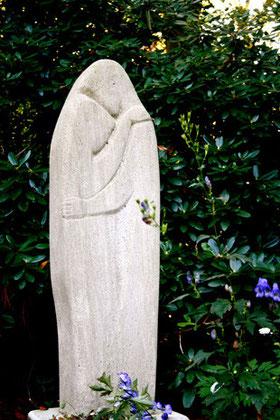Skulptur eines eng umschlungenen Paares, Parkfriedhof Ohlsdorf, Hamburg